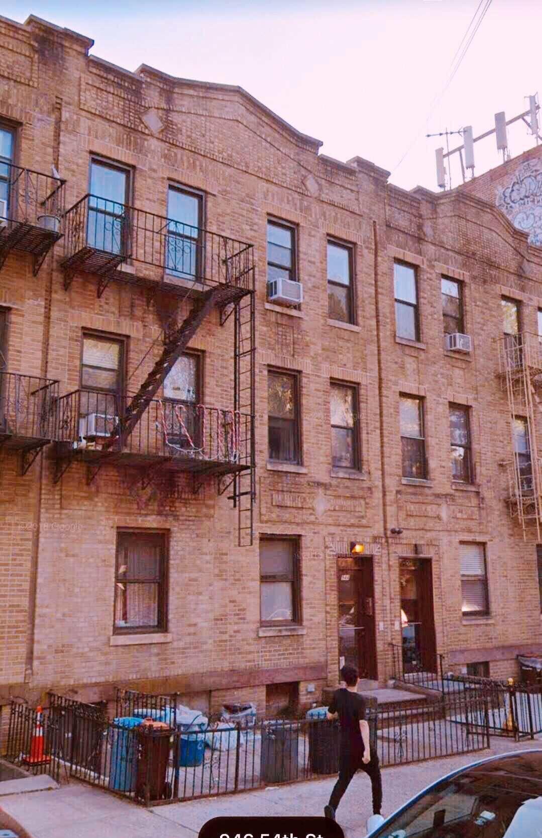 944 54th St. 特大6家庭相连砖屋出售。三层加半土库。